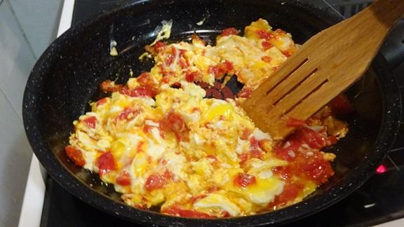 kak-prigotovit-jaichnizy-s-pomidorami-vkysno1